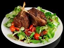 Cremalheira de cordeiro fritada rara isolada no preto Fotos de Stock Royalty Free