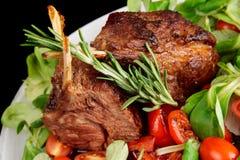 Cremalheira de cordeiro fritada rara isolada no preto Imagem de Stock Royalty Free