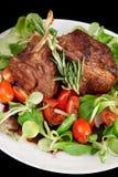 Cremalheira de cordeiro fritada rara isolada no preto Fotos de Stock