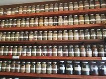 Cremalheira de especiaria completamente das especiarias fotografia de stock