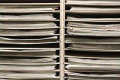 Cremalheira de madeira de vista industrial com jornais Imagens de Stock