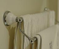 Cremalheira de toalha do banho fotografia de stock royalty free