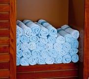 Cremalheira de toalhas azuis em uns termas Fotos de Stock Royalty Free