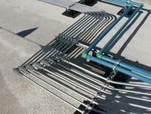 Cremalheira de tubulação elétrica no telhado Foto de Stock
