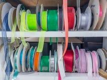 Cremalheira desarrumado fita colorida fotografia de stock