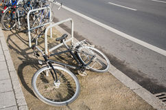 Cremalheira do estacionamento da bicicleta fotos de stock