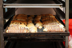 cremalheira do Quente-e-fresco-pão-endurecer-em-refrigerador Foto de Stock Royalty Free