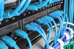 Cremalheira do servidor com cabos verdes Imagens de Stock Royalty Free
