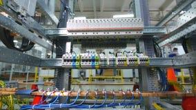 Cremalheira elétrica industrial Cabos, fios conectados com o equipamento bonde video estoque