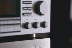 Cremalheira estereofônica audio do vintage com o receptor da plataforma da cassete de banda magnética e o s foto de stock