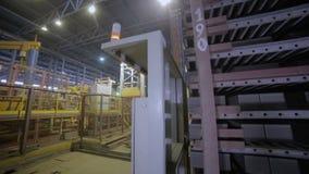 A cremalheira industrial com tijolos move-se em uma fornalha, loja da produção de planta vídeos de arquivo