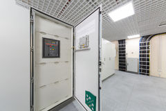 Cremalheiras da porta com equipamento para telecomunicações. Imagem de Stock Royalty Free