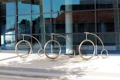 Cremalheiras de bicicleta do cromo fora da biblioteca de cidade de Bunbury fotos de stock royalty free