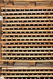 Cremalheiras de madeira de garrafas de vinho com cortiça foto de stock