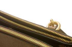 Cremallera de oro en un bolso de cuero Imagenes de archivo