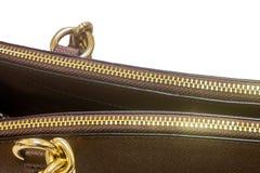 Cremallera de oro en un bolso de cuero Fotografía de archivo