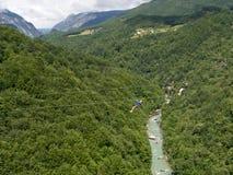 Cremallera-línea sobre el barranco montenegrian del río de Tara Imagen de archivo libre de regalías