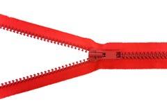 Cremallera roja desabrochada sobre blanco Foto de archivo