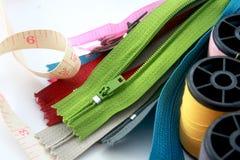 Cremalleras con los accesorios de costura Imágenes de archivo libres de regalías