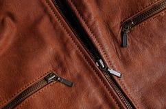 Cremalleras de una chaqueta de cuero marrón Imagen de archivo