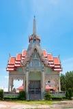 crematório ou pira funerária contra o céu azul no templo tailandês fotografia de stock