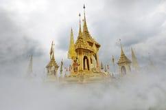 Crematório real dourado bonito do rei tailandês amado fotos de stock