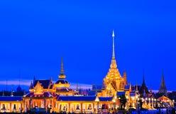 Crematório real tailandês na noite fotografia de stock royalty free