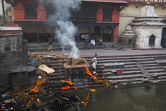 During the cremation ceremony along the holy Bagmati River in Bhasmeshvar Ghat at Pashupatinath temple Royalty Free Stock Images