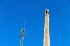 Crematoire en cellulaire toren met blauwe hemel Stock Afbeelding