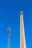 Crematoire en cellulaire toren met blauwe hemel Stock Afbeeldingen