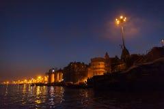 Cremazione di notte sul ghat di Manikarnika a Varanasi Fotografie Stock Libere da Diritti