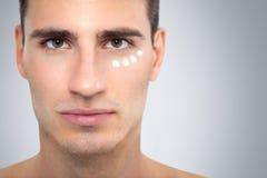 Creme auf dem Gesicht des Mannes stockfoto