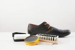 Creme, Bürste und Schwamm für Sorgfalt von Schuhen Lizenzfreies Stockfoto