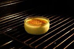 Creme brulée no forno Imagem de Stock