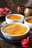 Creme brul?e, sobremesa tradicional francesa, tr?s parcelas foto de stock