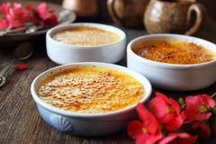 Creme brul?e, sobremesa tradicional francesa, tr?s parcelas imagem de stock royalty free