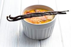 Creme brulee in der keramischen Schüssel mit Vanillehülse Lizenzfreies Stockfoto