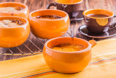 Creme brulee in einer naiven Art Stockfotos