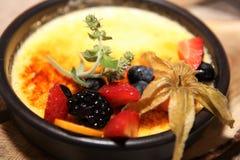 Creme Brulee z Świeżą owoc Obrazy Royalty Free
