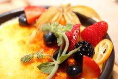 Creme Brulee z Świeżą owoc Zdjęcie Stock