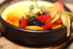 Creme Brulee z Świeżą owoc Zdjęcia Royalty Free