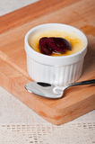 Creme brulle με τα φρέσκα φρούτα φετών στην κορυφή Στοκ Εικόνες