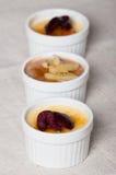 Creme brulle με τα φρέσκα φρούτα φετών στην κορυφή Στοκ φωτογραφία με δικαίωμα ελεύθερης χρήσης