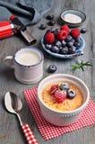 Creme brulle με το σμέουρο, το βακκίνιο και το δεντρολίβανο με το ingredi Στοκ Εικόνα