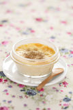 Creme brulle στο διαφανές δοχείο στοκ εικόνα με δικαίωμα ελεύθερης χρήσης