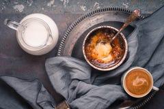 Creme Catalan com a xícara de café no fundo de pedra Fotografia de Stock Royalty Free