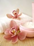 creme cosmético com orquídeas Imagens de Stock
