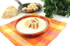 Creme cozinhado da sopa do aipo com fritos de pão salmon Fotos de Stock Royalty Free