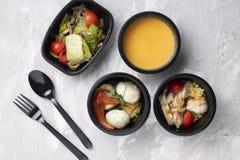 Creme da sopa de ervilha, carne e vegetais cozinhados, refeição pronta para a nutrição apropriada e dieta equilibrada foto de stock