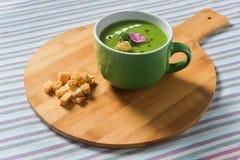 Creme da sopa dos brócolis com pão torrado do pão Foto de Stock